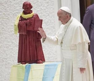 Pseudopapież Bergoglio przed pomnikiem arcykacerza Lutra w Watykanie